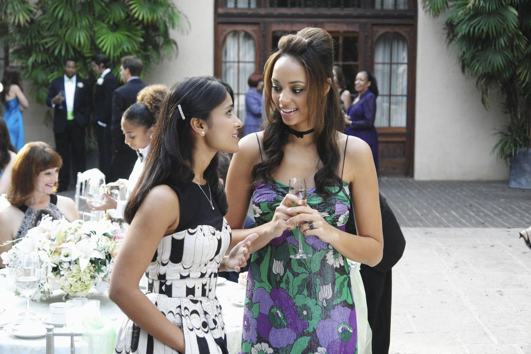 Rebecca (Dilshad Vadsaria, l.) erfährt von Ashleigh (Amber Stevens, r.), dass Robin lesbisch ist ... - Bildquelle: 2009 DISNEY ENTERPRISES, INC. All rights reserved. NO ARCHIVING. NO RESALE.