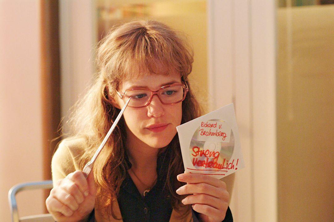 Lisa (Alexandra Neldel) kann kaum der Versuchung widerstehen, die scheinbar achtlos herumliegende CD, auf der sich die Präsentationsdaten von Richar... - Bildquelle: Noreen Flynn SAT.1 / Noreen Flynn