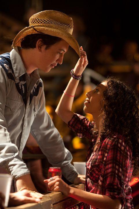 Obwohl Willard (Miles Teller, l.) nicht tanzen kann, verliebt sich Rusty (Ziah Colon, r.) in ihn. Doch als das junge Mädchen mit einem Fremden aufs... - Bildquelle: 2010 Paramount Pictures. All Rights Reserved.