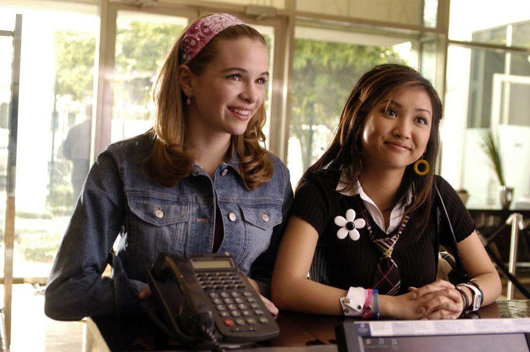 Hoffen auf ein Treffen mit ihrem Schwarm Jordan Cahill: Brittany (Danielle Panabaker, l.) und Natasha (Brenda Song, r.) ... - Bildquelle: The Disney Channel