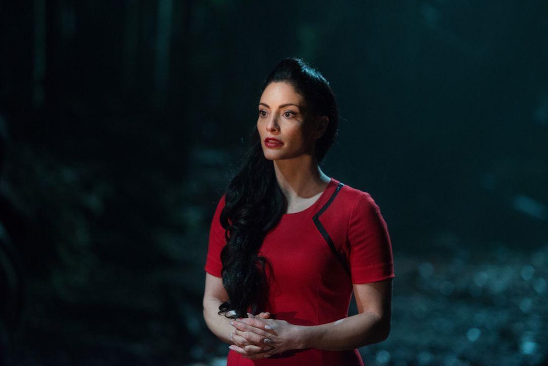 Als Alie (Erica Cerra) erkennt, dass sich die zweite Version, die sie so verzweifelt sucht, in Clarkes Händen befindet, ändert sie ihre Vorgehenswei... - Bildquelle: 2014 Warner Brothers