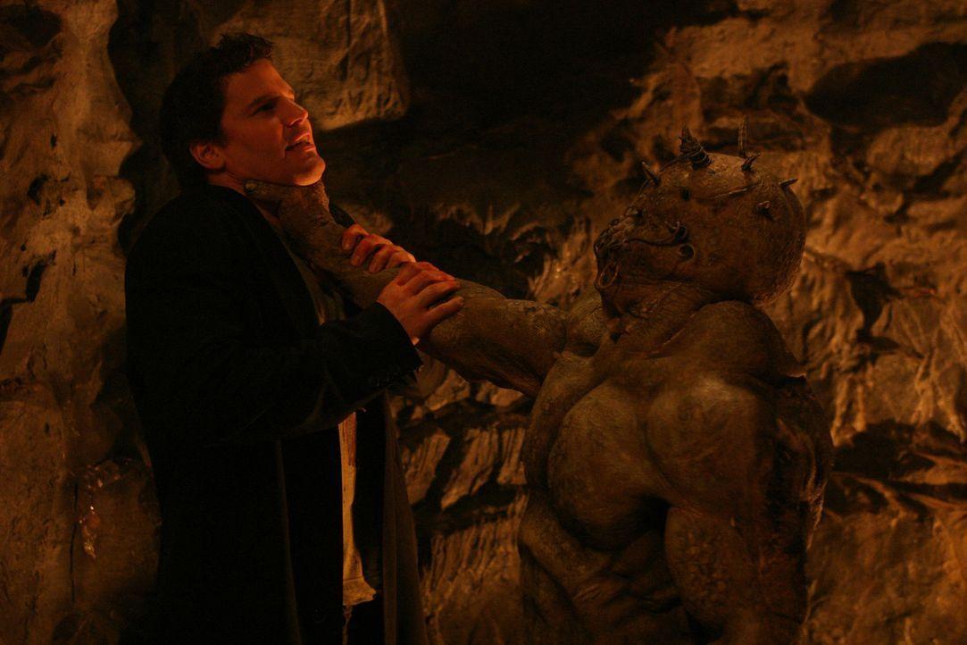 Angel (David Boreanaz, l.) kämpft in der Dimension der Insektenkreaturen mit einem Wächter, der als einziger den wahren Namen von Jasmine kennt und... - Bildquelle: The WB Television Network
