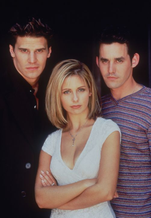 (2. Staffel) - Angel (David Boreanaz, l.) und Xander (Nicholas Brendon, r.) stehen Buffy (Sarah Michelle Gellar, M.) stets zur Seite ... - Bildquelle: (1998) Twentieth Century Fox Film Corporation.