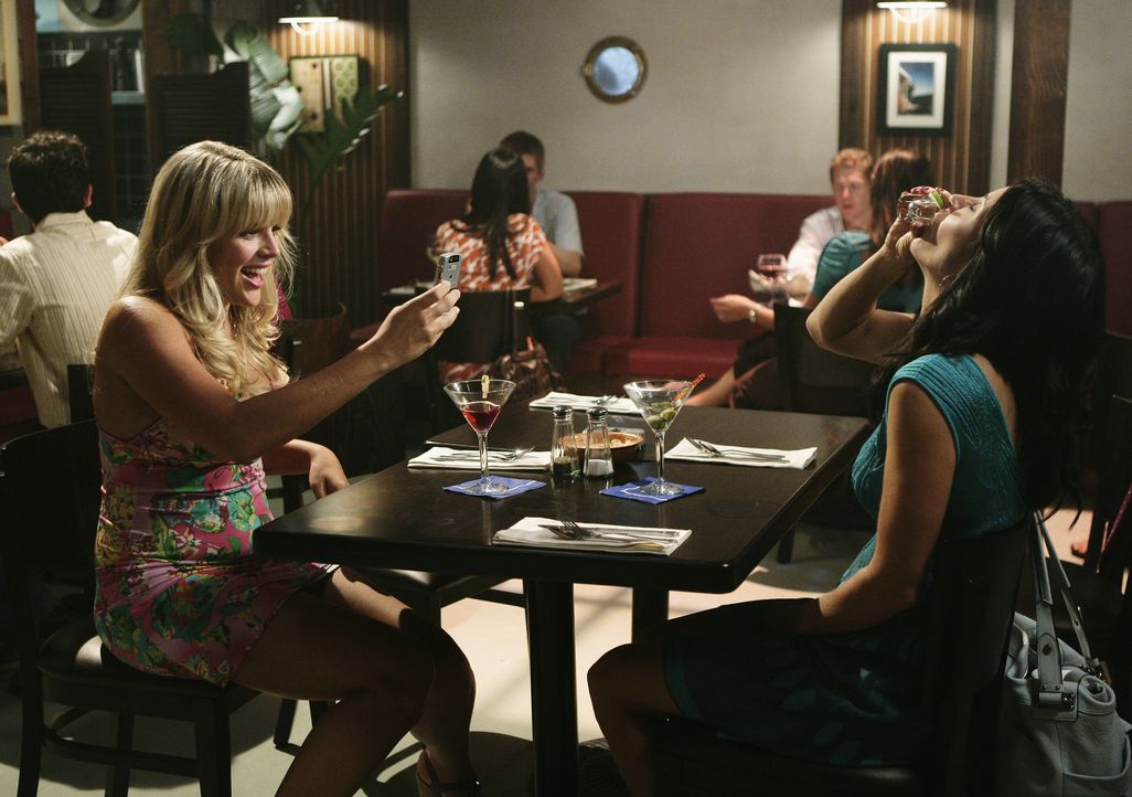 Jules (Courteney Cox, r.) beschließt, ihre wilde Zeit nachzuholen und zieht mit Laurie (Busy Philipps, l.) die ganze Nacht um die Häuser. Das Resu... - Bildquelle: 2009 ABC INC.