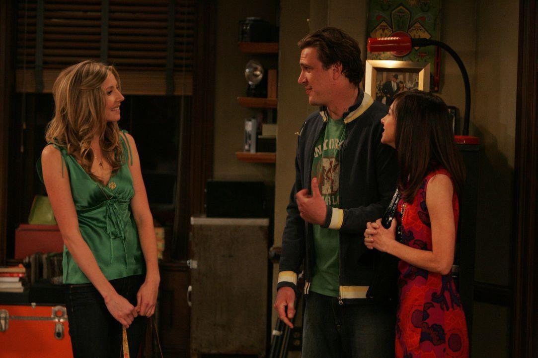 Ted ist schon seit zwei Monaten mit Stella (Sarah Chalke, l.) zusammen. Nun stellt er sie seinen Freunden Marshall (Jason Segel, M.) und Lily (Alyso... - Bildquelle: 20th Century Fox International Television