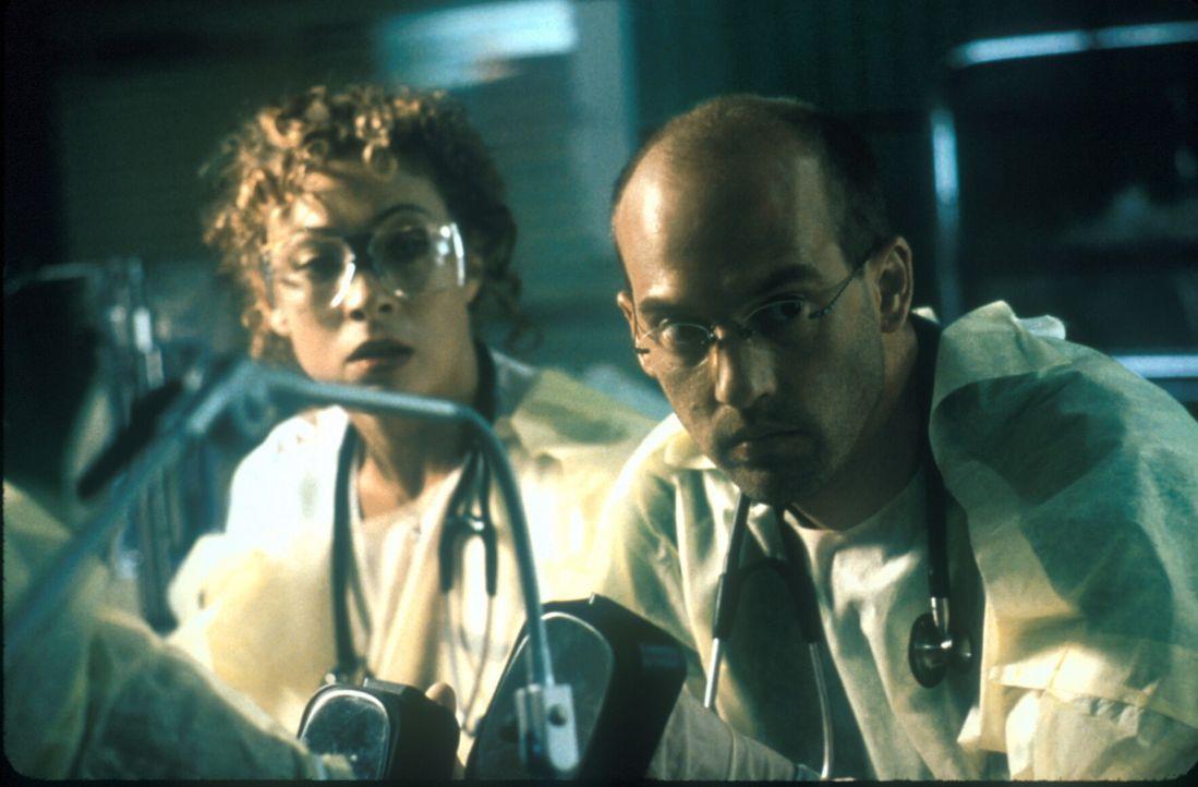 Corday (Alex Kingston, l.) und Greene (Anthony Edwards, r.) versuchen, einen Schwerverletzten zu retten. - Bildquelle: TM+  2000 WARNER BROS.