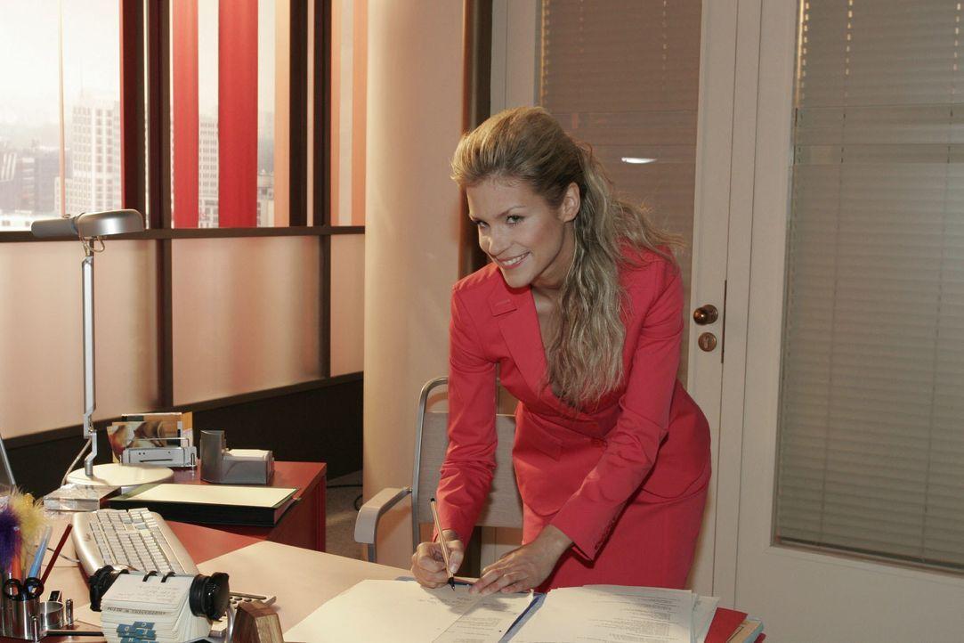 Das verheißt nichts Gutes: Sabrina (Nina-Friederike Gnädig) macht sich an Lisas Arbeitsplatz zu schaffen - und versucht schließlich, deren Handschri... - Bildquelle: Noreen Flynn SAT.1 / Noreen Flynn