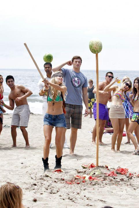 Ausgelassene Ferienstimmung am Strand: Ivy (Gillian Zinser, M.) geniesst die letzten Ferientage. - Bildquelle: TM &   2011 CBS Studios Inc. All Rights Reserved.