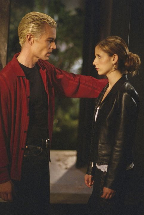 Buffy (Sarah Michelle Gellar, r.) muss sich alleine auf den Weg machen, um Dawn zu retten, doch dann eilt ihr Spike (James Marsters, l.) zu Hilfe. - Bildquelle: TM +   Twentieth Century Fox Film Corporation. All Rights Reserved.