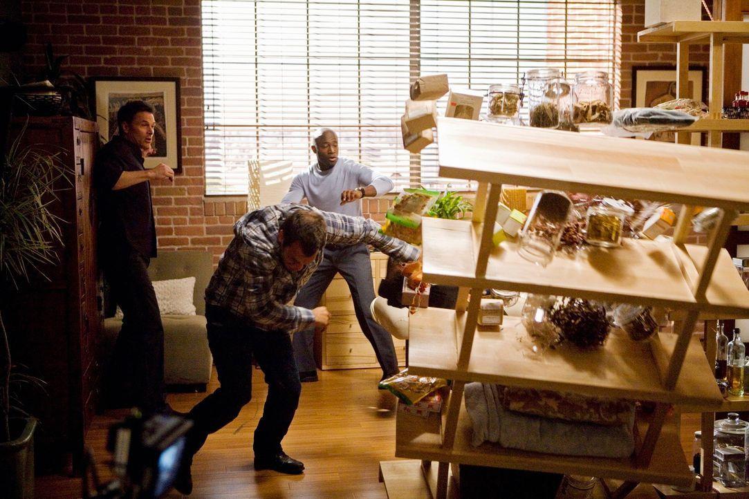 Pete (Tim Daly, l.) und Sam (Taye Diggs, r.) versuchen Keith (Christopher Gartin, M.) zu beruhigen, der nachdem er wieder zu sich gekommen ist, ausr... - Bildquelle: ABC Studios