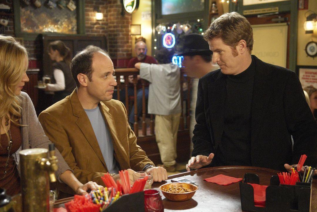 Kenny (Michael Bunin, M.) und Mike (Jamie Kaler, r.) müssen feststellen, dass sie sich in ihrer Stammkneipe wohler fühlen, als in den angesagten C... - Bildquelle: 2006 Sony Pictures Television Inc. All Rights Reserved.