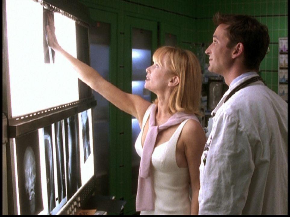 Carter (Noah Wyle, r.) ist hocherfreut über das zufällige Wiedersehen mit Elaine (Rebecca De Mornay, l.), die mit seinem Cousin verheiratet war. - Bildquelle: TM+  2000 WARNER BROS.