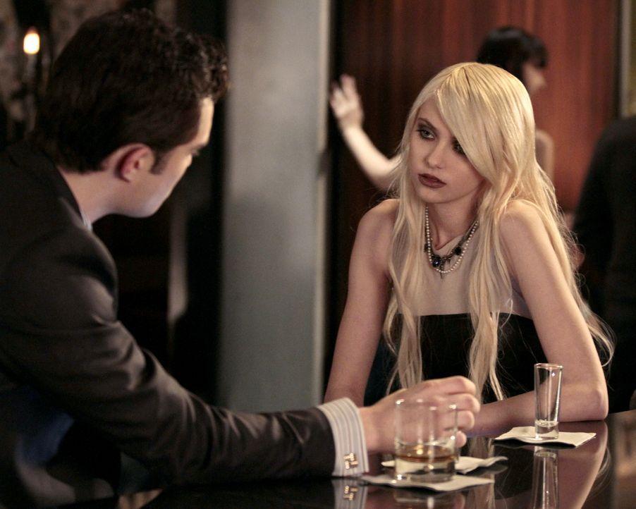 Chuck (Ed Westwick, l.) gibt Jenny (Taylor Momsen, r.) Tipps, wie sie Nate auf ihre Seite ziehen kann ... - Bildquelle: Warner Brothers
