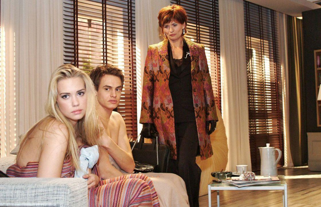 Kim (Lara-Isabelle Rentinck, l.) ist es sehr unangenehm, dass Alexander (Shai Hoffmann, M.) vor Sophie (Gabrielle Scharnitzky, r.) so offen über de... - Bildquelle: Monika Schürle Sat.1