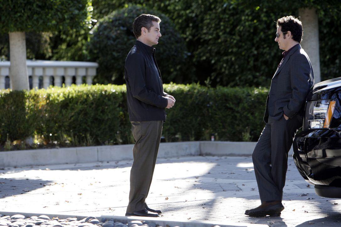 Damian Lake (James Marsters, l.) steht vor Gericht wegen des Mordes an Erica Daniels, die er vor den Augen des FBIs erschossen  hat. Wider Erwarten... - Bildquelle: Paramount Network Television