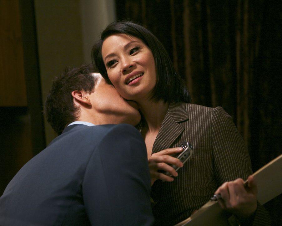 Daniel (Eric Mabius, l.) hat ein Problem: Er muss seiner Schwester verheimlichen, dass er mit der Anwältin Grace Chin (Lucy Liu, r.) ein Verhältnis... - Bildquelle: Buena Vista International Television