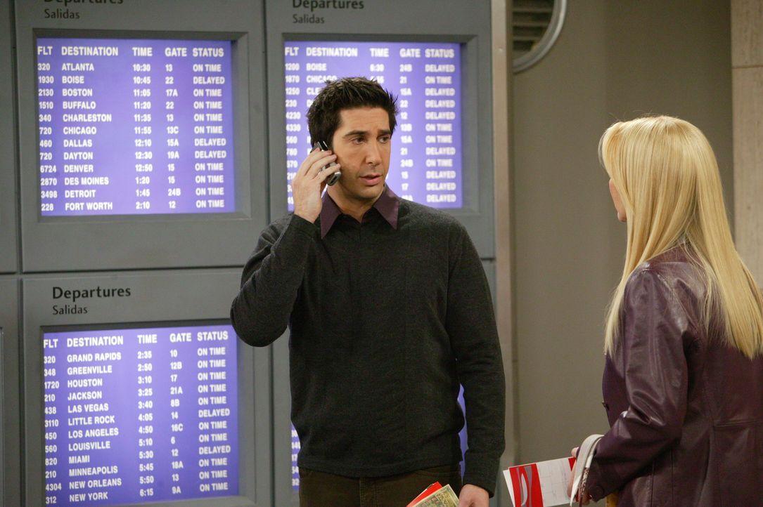 Können Phoebe (Lisa Kudrow, r.) und Ross (David Schwimmer, l.) Rachel am Flughafen noch rechtzeitig finden, bevor sie in den Flieger nach Paris stei... - Bildquelle: 2003 Warner Brothers International Television