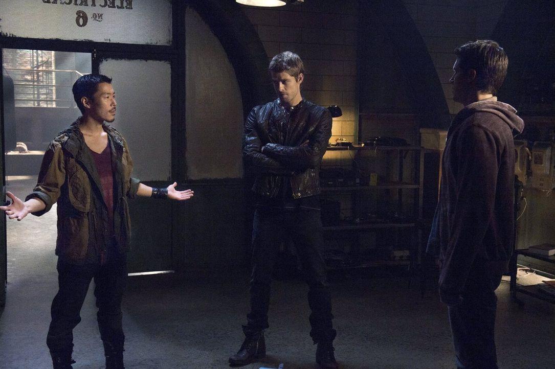 """Während Russell (Aaron Yoo, l.) nie und nimmer mit """"Ultra"""" zusammen arbeiten will, entscheiden sich Stephen (Robbie Amell, r.) und John (Luke Mitche... - Bildquelle: Warner Bros. Entertainment, Inc"""