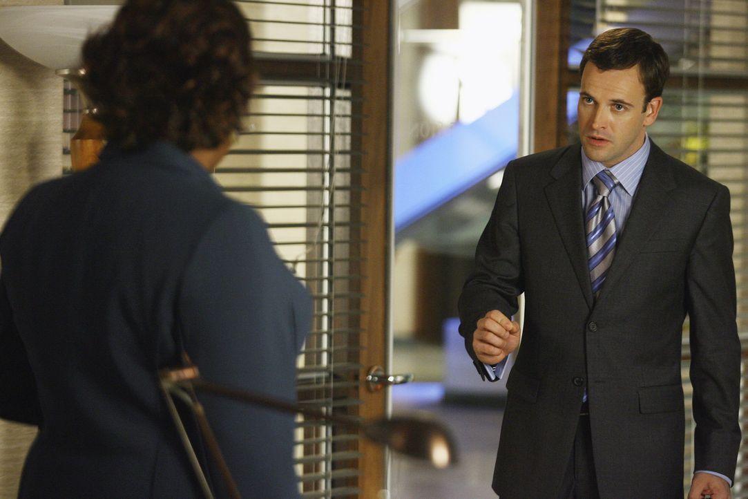 Kann er auch diesmal mit ihrer Unterstützung rechnen? Eli (Jonny Lee Miller, r.) bittet seine Sekretärin Patti (Loreatta Devine, l.) um Hilfe ... - Bildquelle: Disney - ABC International Television