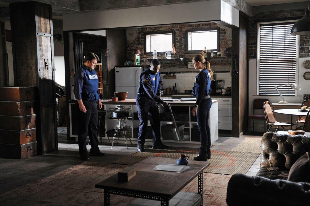 Als Beckett (Stana Katic, r.)  und Castle (Nathan Fillion, l.) einen Bombenleger festnehmen wollen, gerät die Beamtin in Lebensgefahr: In der Wohnun... - Bildquelle: ABC Studios