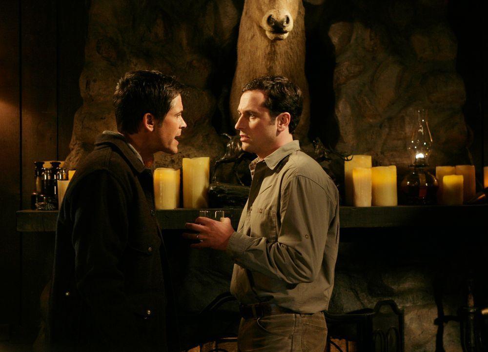 Heikle Situation: Kevin (Matthew Rhys, l.) kann nicht länger das Geschwafel der versnobbten Republikaner anhören. Zerstört er damit Roberts (Rob Low... - Bildquelle: 2008 ABC INC.