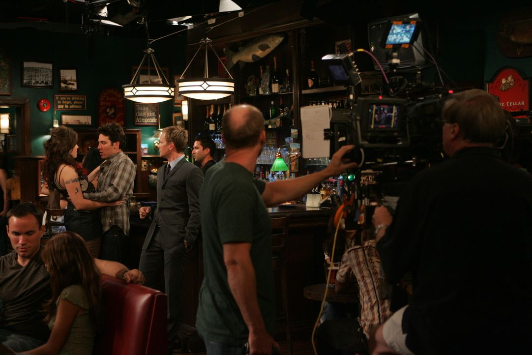 "Bei den Dreharbeiten zu ""How I Met Your Mother"" ... - Bildquelle: 20th Century Fox International Television"