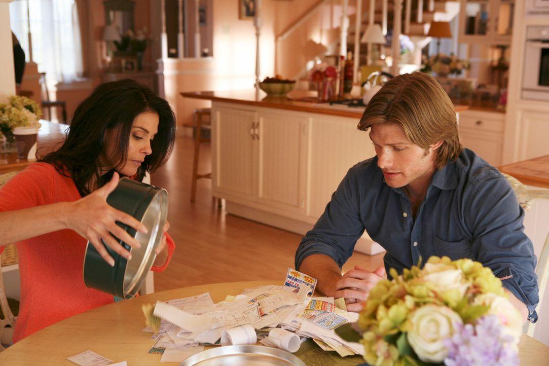 Da Mike noch in der Entzugsklinik ist, erhält Susan (Teri Hatcher, l.) für die Finanzen Unterstützung von ihrem Cousin Tim (Chris Carmack, r.). Währ... - Bildquelle: ABC Studios