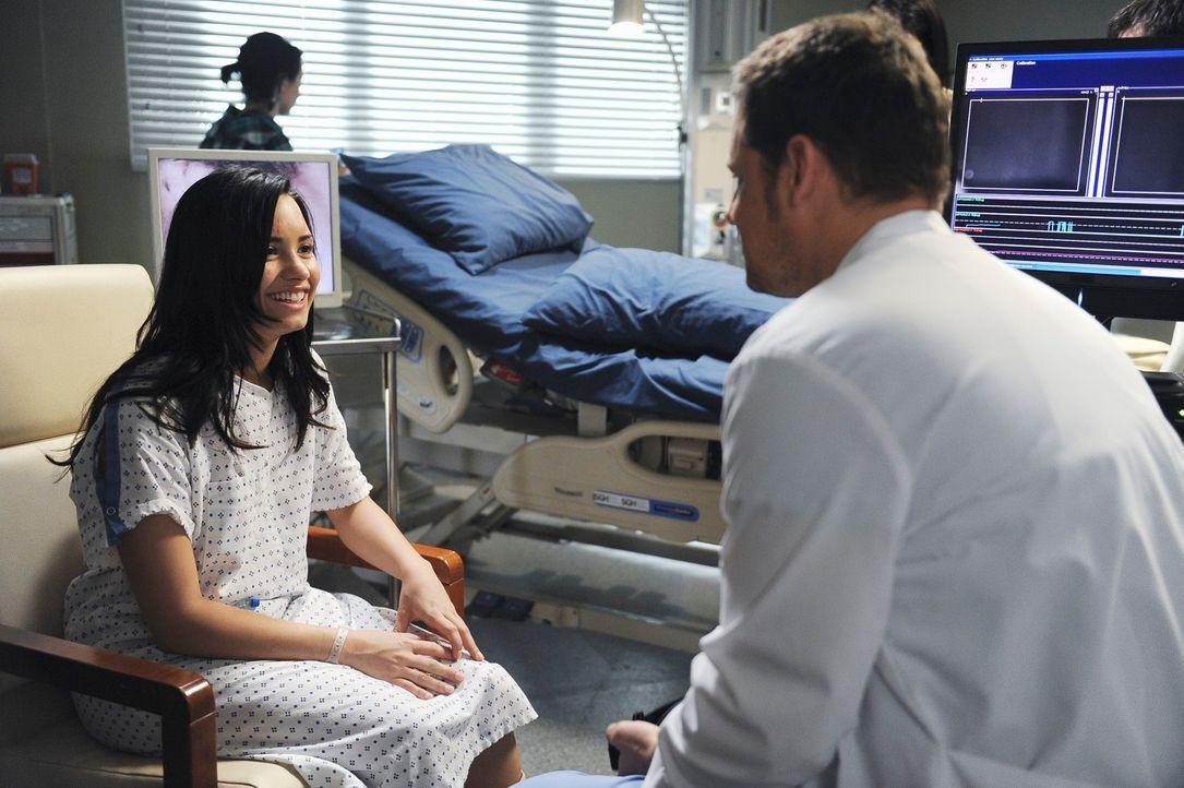 Alex (Justin Chambers, r.) bekommt es mit der 16-jährigen Hayley (Demi Lovato, l.) zu tun, die versucht hat, sich die Augen auszukratzen. Bei ihr wu... - Bildquelle: Touchstone Television