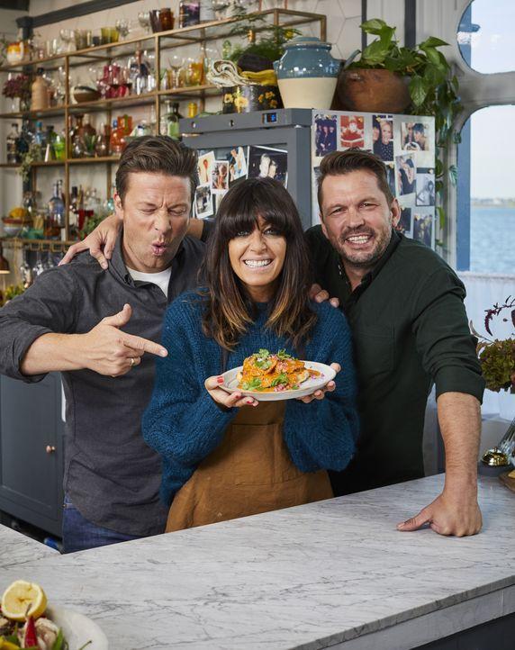 (v.l.n.r.) Jamie Oliver; Claudia Winkleman; Jimmy Doherty - Bildquelle: Steve Ryan 2019 Jamie Oliver Enterprises Ltd. / Steve Ryan
