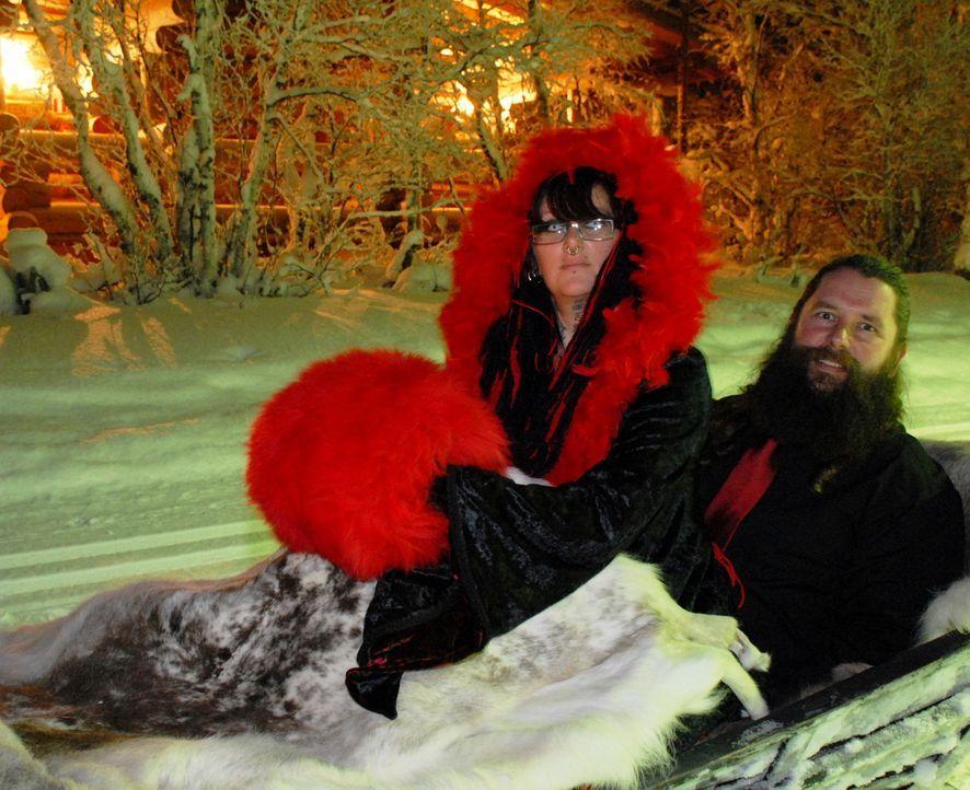 Amanda (l.) und ihr Mann (r.) verfrachten ihre Gäste kurzerhand nach Lappland ... - Bildquelle: ITV Studios Limited 2010