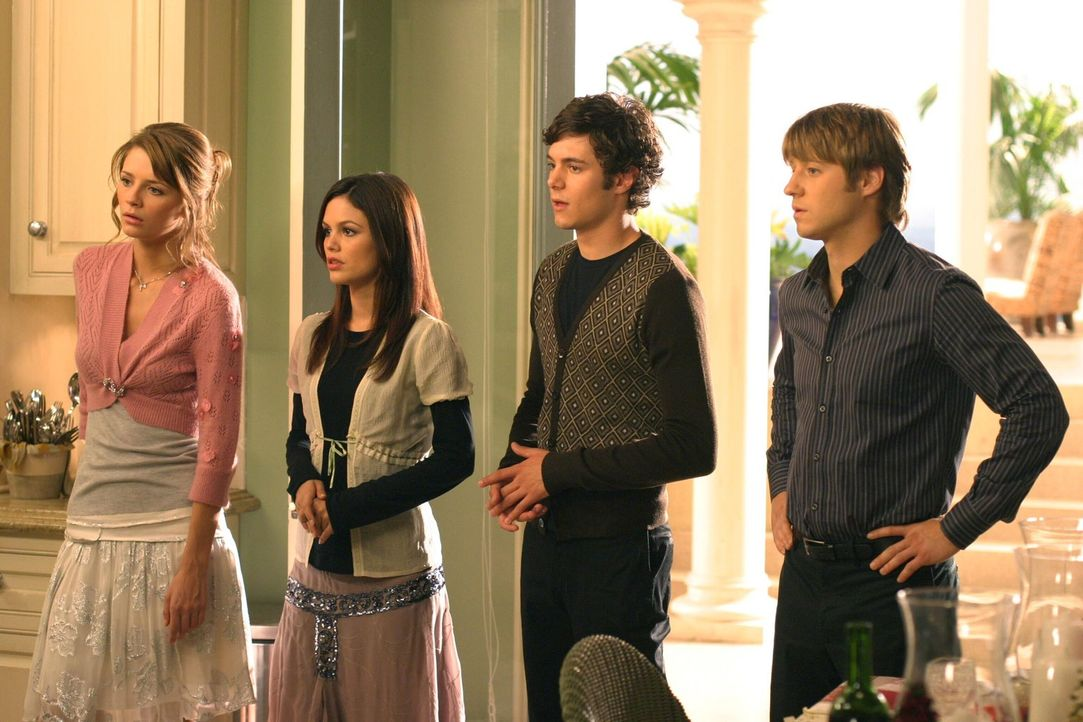 """Seth (Adam Brody, 2.v.r.) möchte auch in diesem Jahr wieder das """"Chrismukkah""""-Fest organisieren und hat Summer (Rachel Bilson, 2.v.l.), Marissa (Mi... - Bildquelle: Warner Bros. Television"""