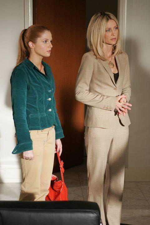 Caleb bestellt Kirsten (Kelly Rowan, r.) und Lindsay (Shannon Lucio, l.) in sein Büro, um seiner jüngsten Tochter mitzuteilen, dass er sie adoptie... - Bildquelle: Warner Bros. Television