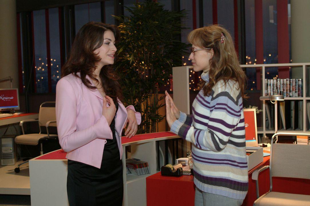 Lisa (Alexandra Neldel, r.) versucht Mariella (Bianca Hein, l.) daran zu hindern, unangemeldet bei David im Büro aufzutauchen ... (Dieses Foto von A... - Bildquelle: Monika Schürle SAT.1 / Monika Schürle