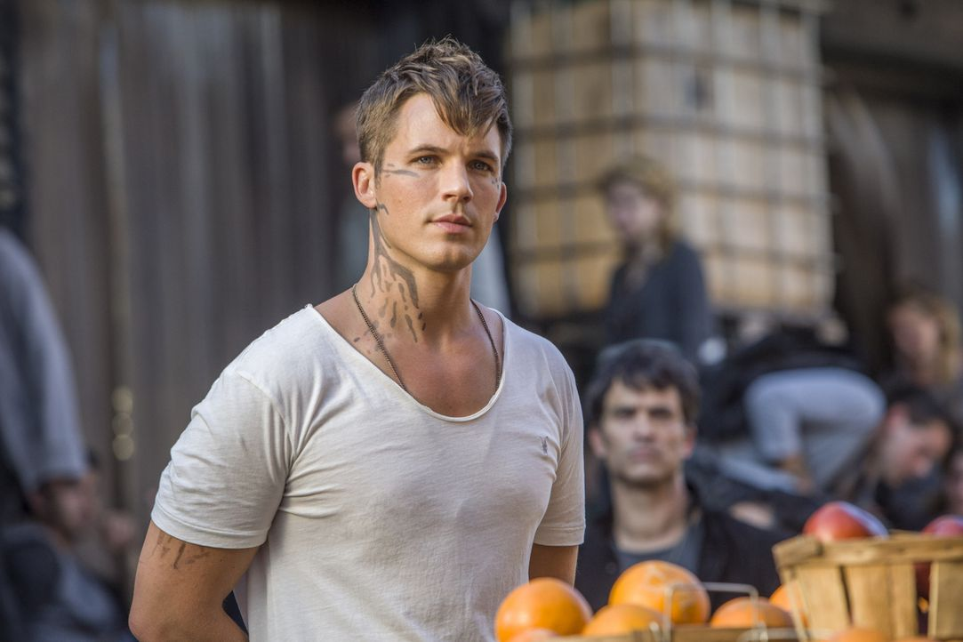Während Roman (Matt Lanter) versucht, den Jahrestag der Landung der Atrians  zu retten, erkennt Emery interessante Dinge über Grayson und dessen Elt... - Bildquelle: 2014 The CW Network, LLC. All rights reserved.