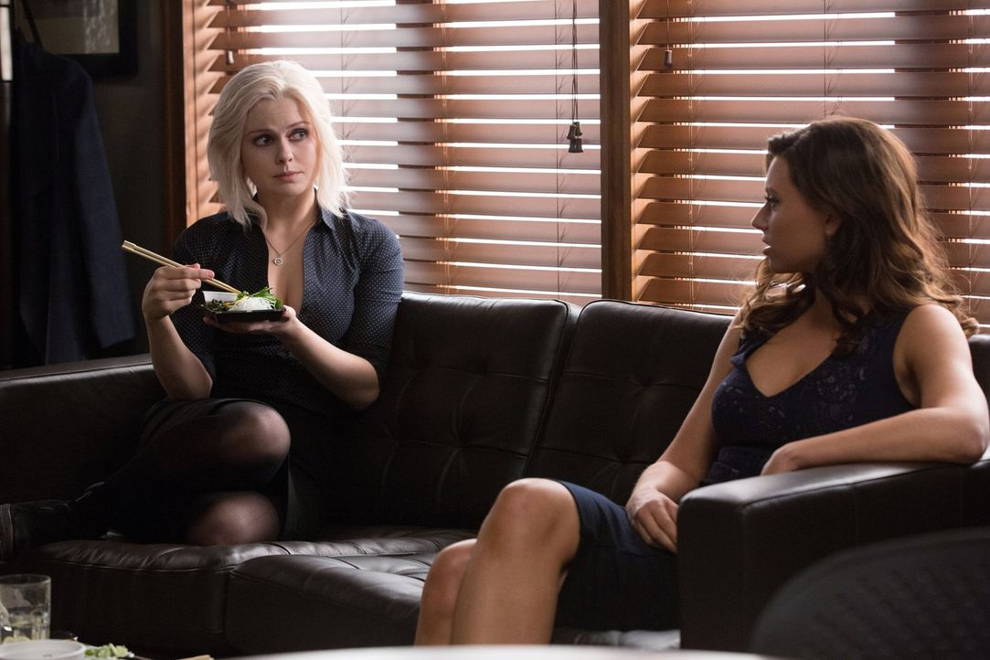 Selbst Peyton (Aly Michalka, r.) ist erstaunt, als sie erkennt, was das Gehirn einer Bibliothekarin mit Livs (Rose McIver, l.) Gedanken anstellt ... - Bildquelle: 2014 Warner Brothers