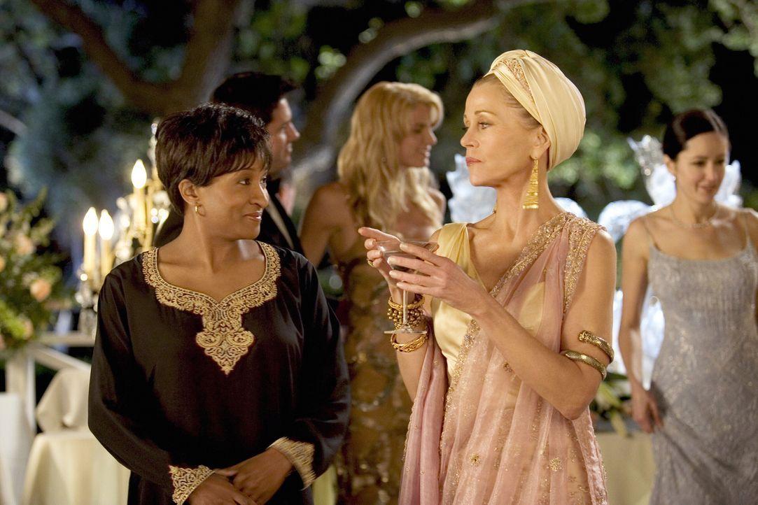 Viola (Jane Fonda, r.) hat es sich in den Kopf gesetzt, die böse Schwiegermutter zu spielen und ihrem Sohn sowie ihrer Schwiegertochter in spe gehör... - Bildquelle: Warner Bros. Pictures