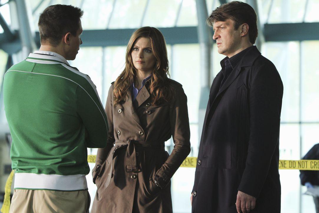 Richard Castle (Nathan Fillion, r.) und Kate Beckett (Stana Katic, M.) befragen den Trainer (Erik Palladino, l.) des verstorbenen Hochleistungsschwi... - Bildquelle: ABC Studios