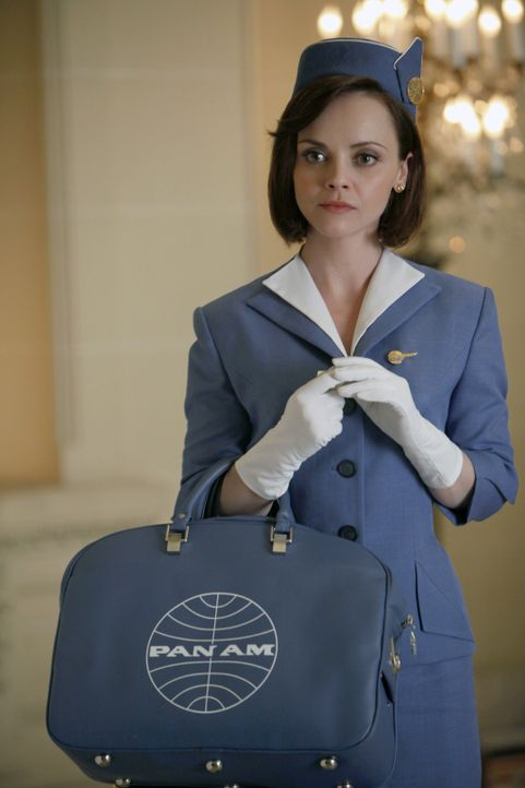 Nur ausnahmsweise steigt die rebellische Maggie Ryan (Christina Ricci) mit der ordnungsgemäßen Uniform an Bord ... - Bildquelle: 2011 Sony Pictures Television Inc.  All Rights Reserved.