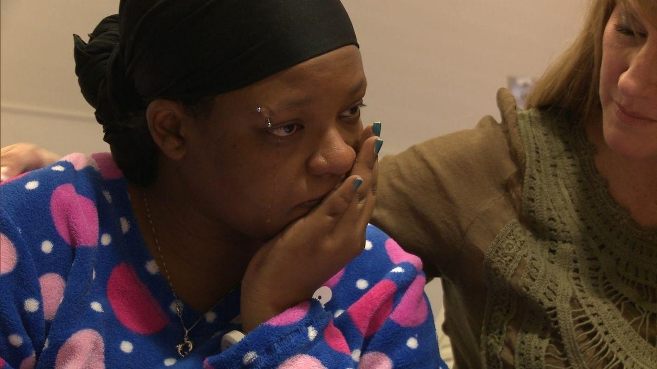 Sheranda (l.) befürchtet, dass das Thema Adoption eine Kluft zwischen sich und ihrem Freund reißen wird ... - Bildquelle: Universal Pictures