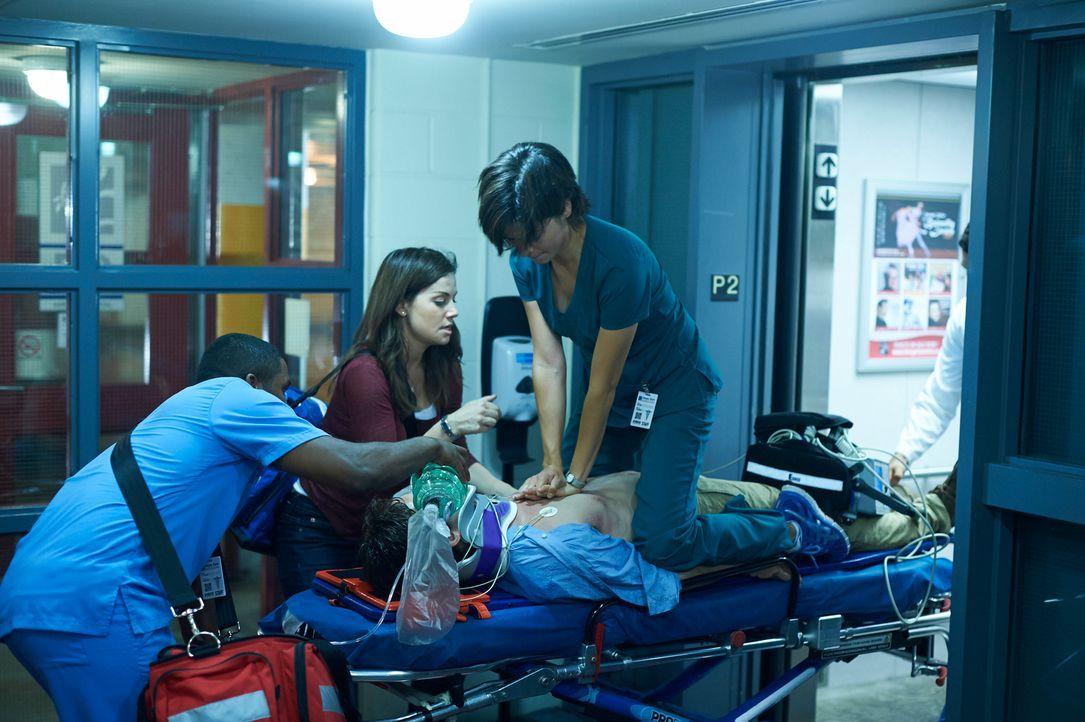 Können Alex (Erica Durance, M.) und Maggie (Julia Taylor Ross, l.) einem Unfallopfer das Leben retten? - Bildquelle: 2012  Hope Zee One Inc.