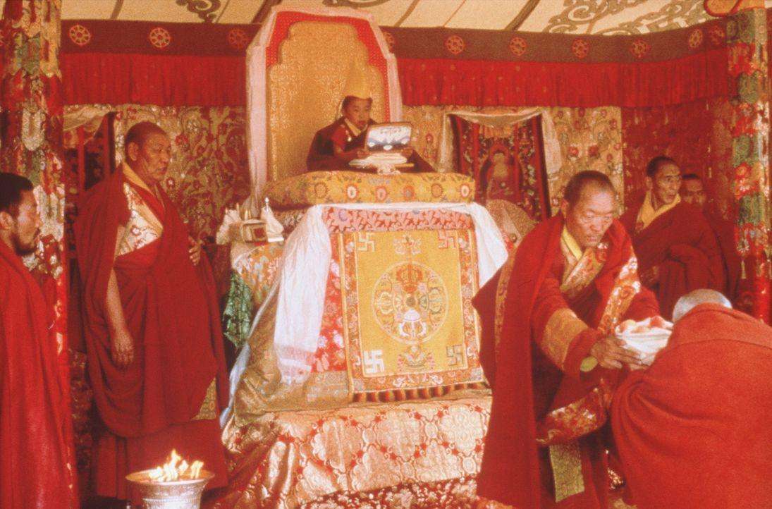 Doch nicht nur der Dalai Lama (Jamyang Wangchuk, M.) lernt von Heinrich Harrer, der egozentrische Österreicher beginnt die Welt mit anderen Augen z... - Bildquelle: TriStar Pictures