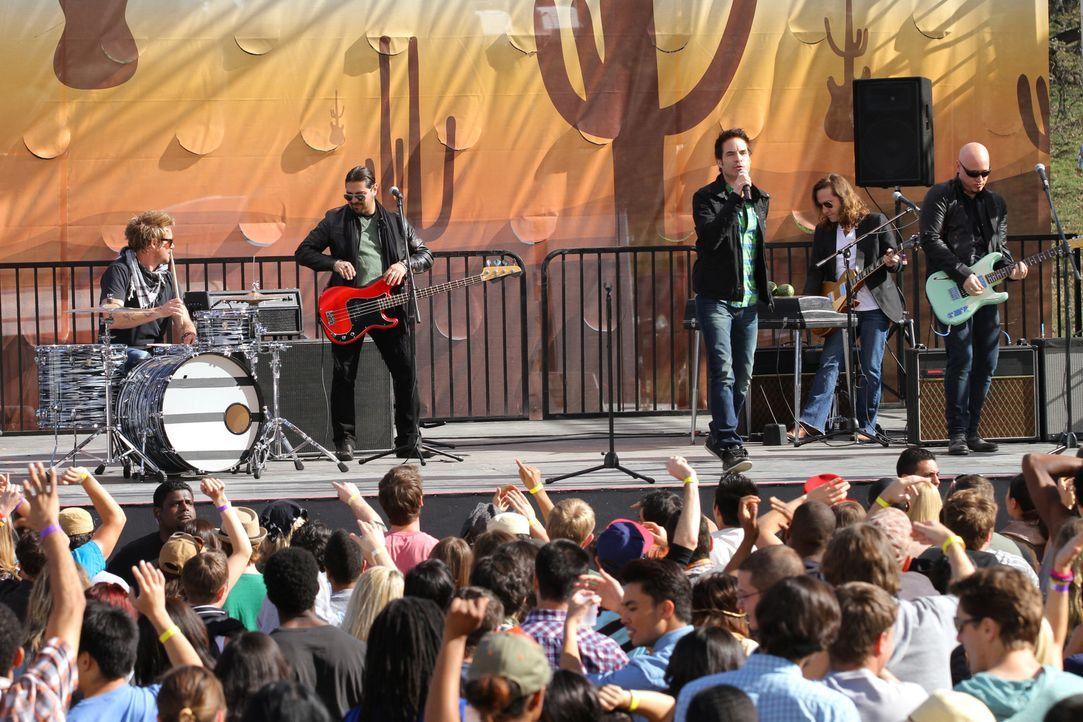 Patrick Monahan (Patrick Monahan, hinten 3.v.r.) heizt dem Publikum auf dem Desert Valley-Konzert richtig ein ... - Bildquelle: 2011 The CW Network. All Rights Reserved.