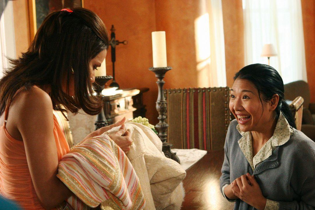 Nach einiger Zeit ist Gabrielle (Eva Longoria, l.) von Xiao-Mei (Gwendoline Yeo, r.) so begeistert, dass sie sie nicht mehr gehen lassen möchte ... - Bildquelle: 2005 Touchstone Television  All Rights Reserved