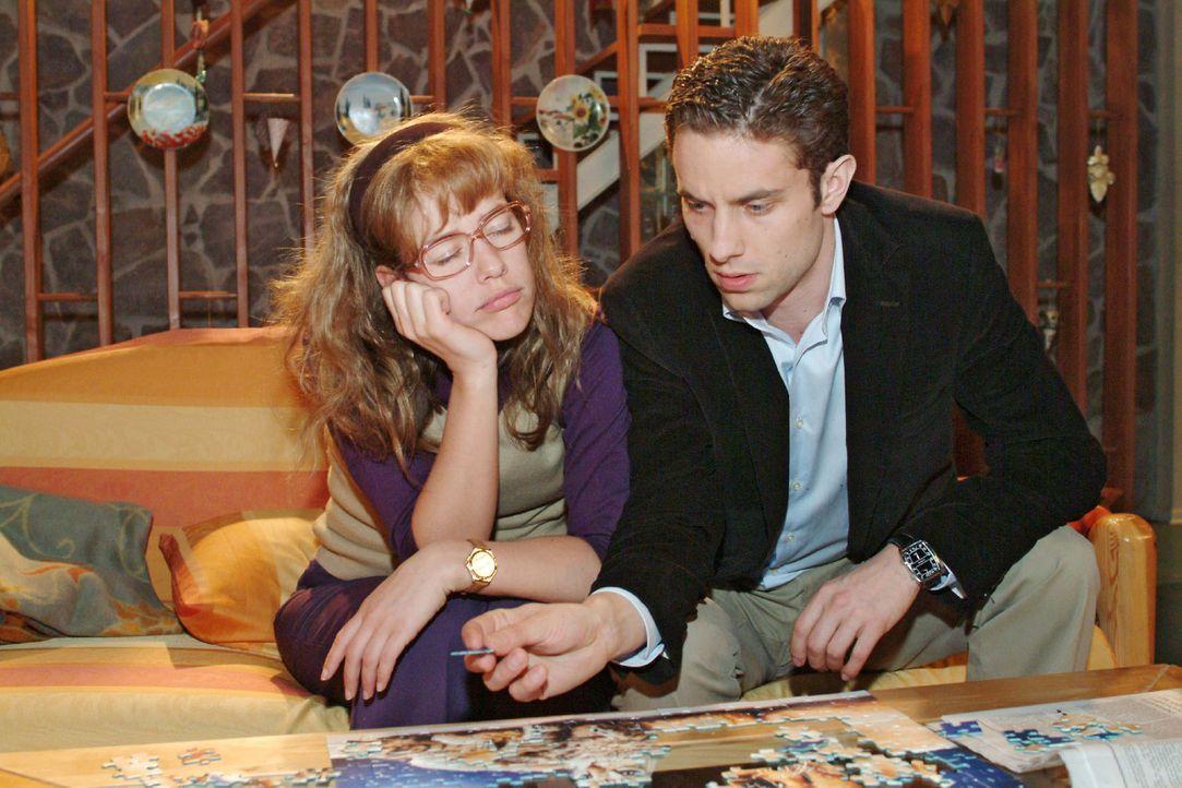 Max (Alexander Sternberg, r.) hat Lisa (Alexandra Neldel, l.) nach ihrem gemeinsamen Einsatz im Tierheim nach Hause gebracht. Begeistert will Max da... - Bildquelle: Sat.1