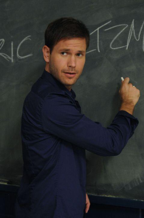 Der Geschichtslehrer Aláric Saltzman (Matt Davis) stellt sich seiner Klasse vor. - Bildquelle: Warner Brothers