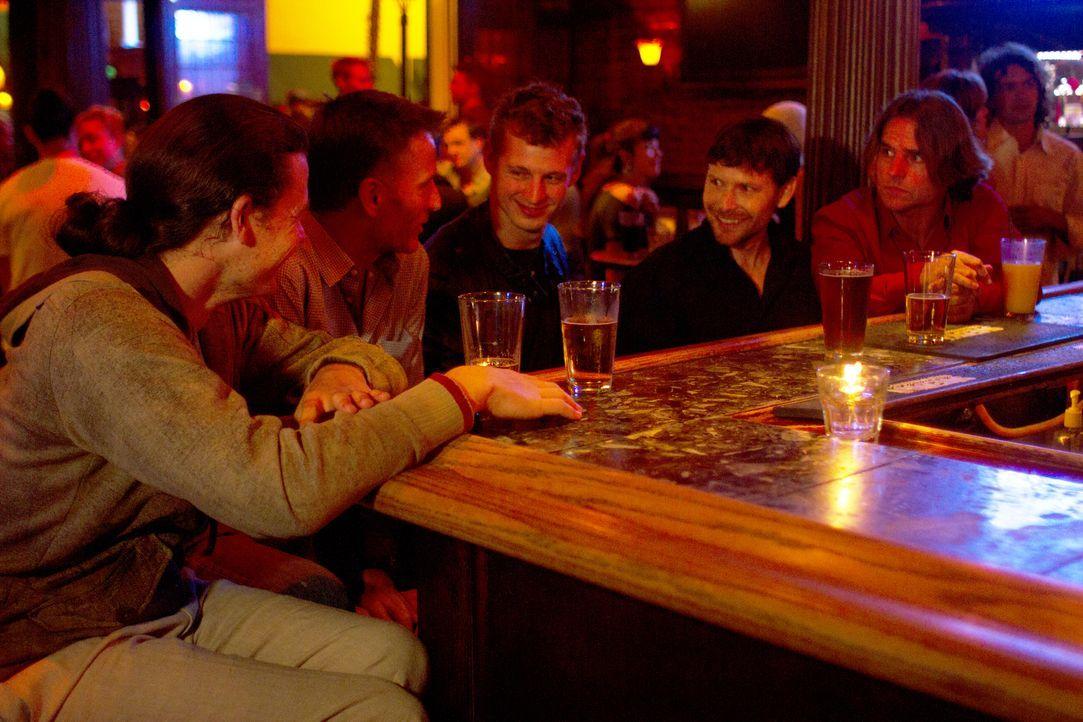 Genießen ihren Männerabend: Jason (l.), Christian (2.v.l.), Jesse (M.), Tahl (2.v.r.) und Michael (r.) ... - Bildquelle: Showtime Networks Inc. All rights reserved.