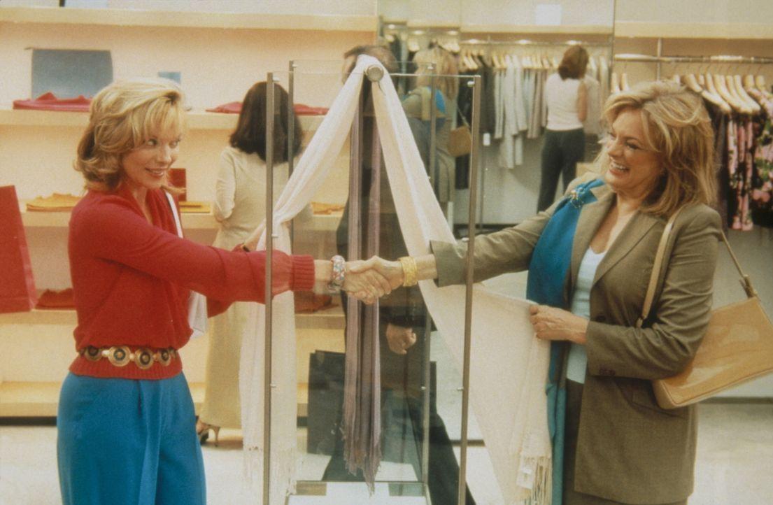 Samantha (Kim Cattrall, r.) lernt beim Einkaufen die gleichaltrige Claire-Anne (Jane Summerhays, l.) kennen, ein ein echtes Südstaaten-Original, da... - Bildquelle: Paramount Pictures