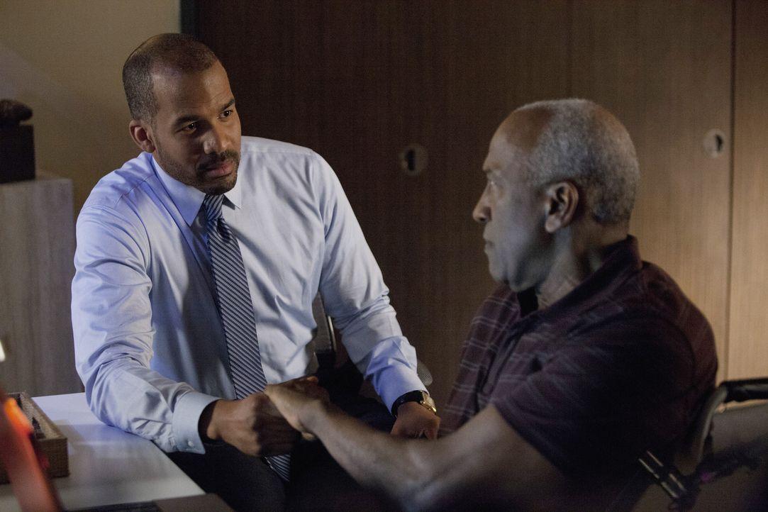 Will Reggie (Reggie Austin, l.) wirklich nur das Beste für seinen Vater Kenneth (Willie C. Carpenter, r.)? - Bildquelle: 2014 ABC Studios