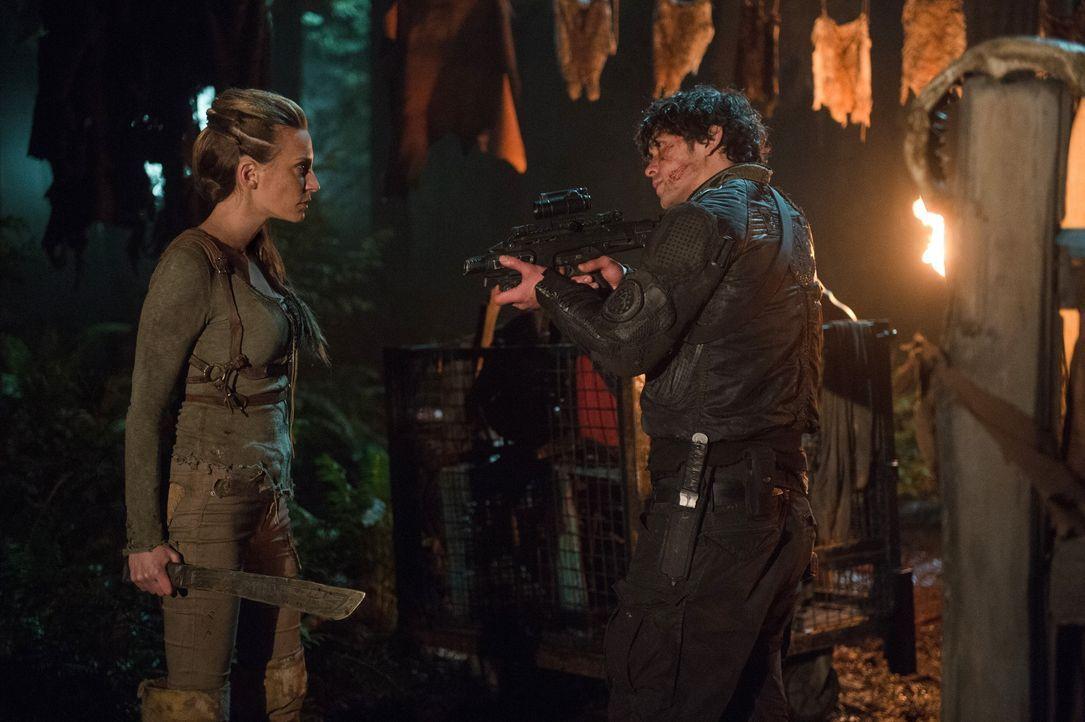 Als Niylah (Jessica Harmon, l.) nicht kooperieren will, greift Bellamy (Bob Morley, r.) zu drastischeren Mitteln, doch ist das der richtige Weg? - Bildquelle: 2014 Warner Brothers