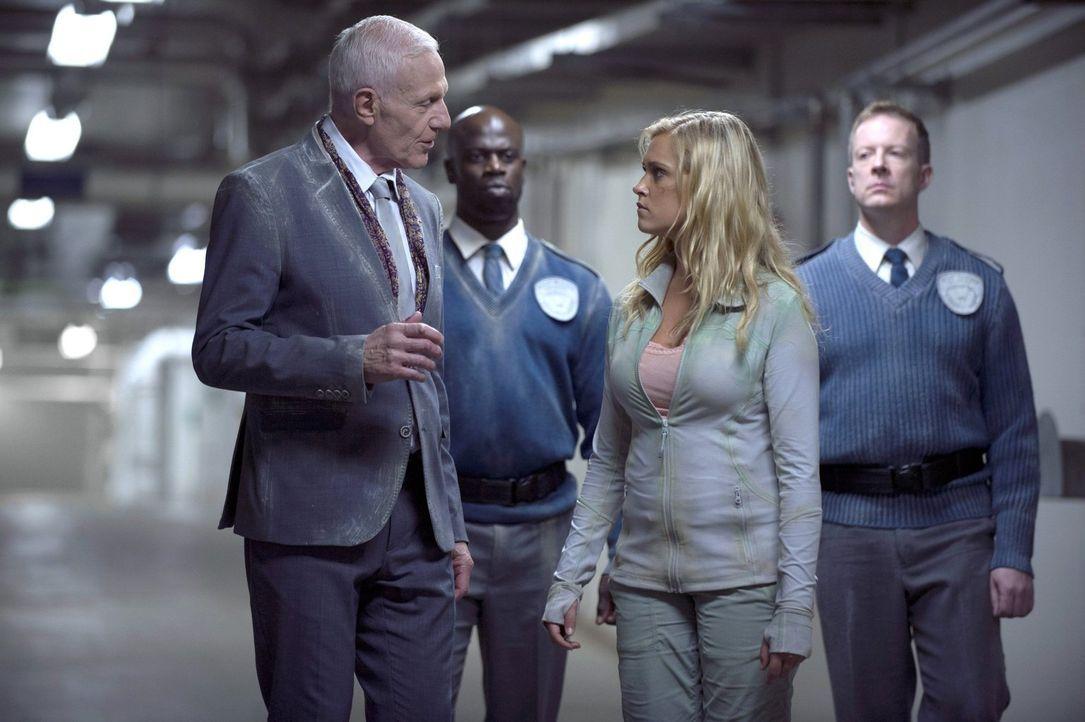 Meint es Präsident Dante Wallace (Raymond J. Barry, l.) wirklich gut mit Clarke (Eliza Taylor, 2.v.r.) oder will er sich ihr Vertrauen erschleichen? - Bildquelle: 2014 Warner Brothers